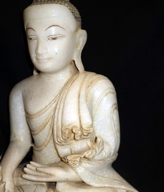 Mandalay Buddha w. carved robe
