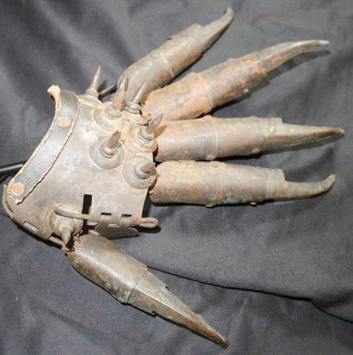 Replica of a medieval Glove to fight and torture