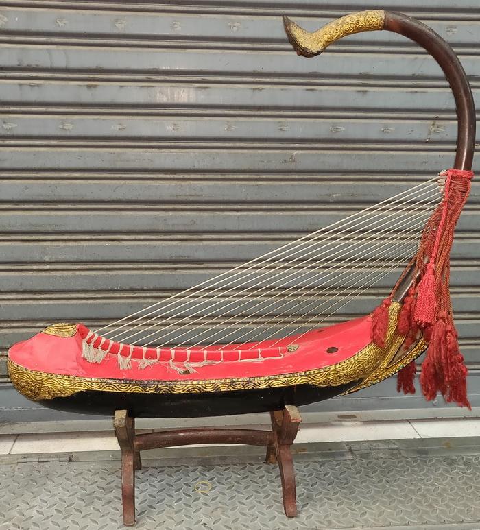 Saung Gauk, harp
